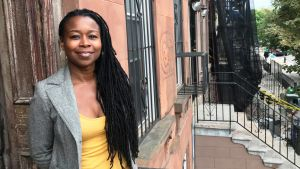 Monifa Bandele står utanför sitt hem i Brooklyn i New York.