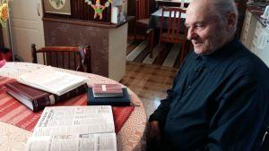 Karl-Erik Sundin har en mängd klippböcker där han bland annat samlar tidningsklipp om väderleksförhållanden.