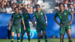 Nigerianska damlandslagsspelare ser besviket framåt.