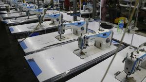 Symaskiner på rad i en klädfabrik i Myanmar.