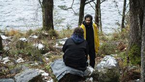 Ali Abbasi står i skogen och regisserar filmen Gräns.