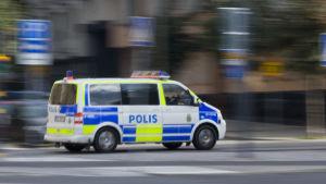 Svensk polisbil kör på gatan.