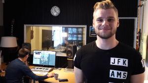 Otto Palmborg och Janne Hyöty i studion