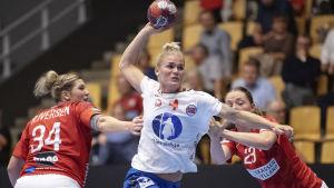 Veronica E. Kristiansen i match mot Danmark.