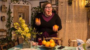 Lovisa historiska hus odförande Nina Wiklund kastar appelsiner