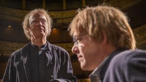 Svenska teatterin lavalla ohjaaja Joakim Groth ohjaamassa näytelmää, Vi är bara mänskor.