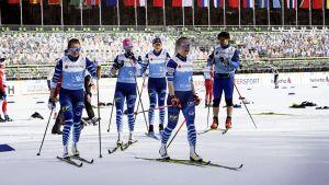 Finländska laget vid stadion under skid-VM 2021.