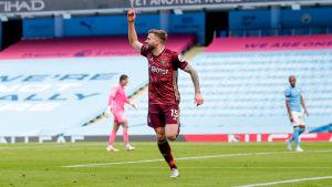 Stuart Dallas firar mål.