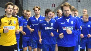 Finlands herrlandslag i handboll värmer upp i grupp under ett träningspass hösten 2019.