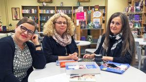 Ann-Britt Bonns, Pamela Lindebäck, Margareta Öhman-Rintamäki sitter vid ett bord i Norsens bibliotek. På bordet papper och böcker.