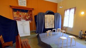 Teaterdekor i Karvsor bönehus
