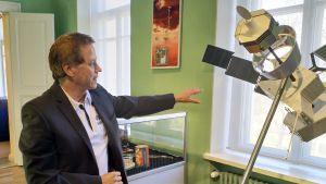 Juhani Huovelin invid en miniatyrmodell av Bepicolombo.