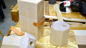 Emma Ingelins designprototyper för två lampor och en kaffeburk.