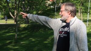 Leif Lindgren pekar ut en plats i parken intill Dalsbruks torg.