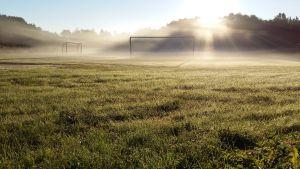 Dimma över fotbollsplanen i Näsby, Houtskär.