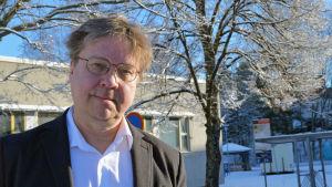 Biträdande stadsdirektör Pekka Sauri utomhus en vacker vårdag