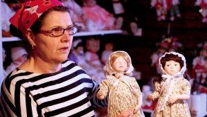 Pirjo Nygård med två nytillverkade dockor