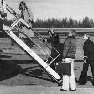Flygpersonalen går ombord på planet som snart skall kapas