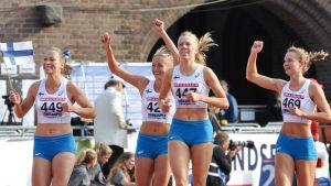Anniina Laitinen, Eveliina Määttänen, Hilla Uusimäki och Kirsi Pekkanen firar seger på långa stafetten, Sverigekampen 2015.