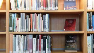 Hyllor med bl.a. finlandssvensk lyrik på Åbo stadsbibliotek.