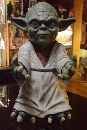 Närbild av figuren Yoda från Stjärnornas krig