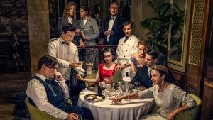 Huvudkaraktärerna i den andra säsongen av Vår tid är nu samlade kring ett bord.