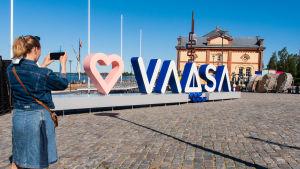 En stor reklamskylt för staden Vasa