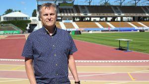 Jari Salonen, en av arrangörerna för Paavo Nurmi Games, står på Paavo Nurmis stadion.