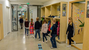 Elever i korridor.