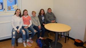 Tonåringar på en bänk.