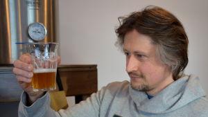Kim Blomfelt inspekterar sitt hembrygda öl.