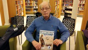 Fredsbevarare, major Stig Röberg med tidskriften Rauhanturvaaja på Åbo Stadsbibliotek