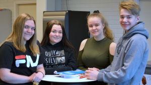 Nora Holmqvist, Alea Wallsten,  Enna Laukkanen och Robin Mäenpää på gruppbild i Oxhamns högstadieskola i Jakobstad.
