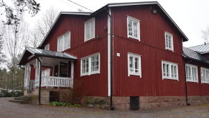 Ett stort rött trähus. Samlingslokal i Ingå.