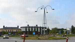 Vy av Kimito centrum med rondell, gatlykta och Villa Lande i bakgrunden.