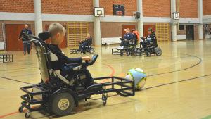 Aaron Lundell ger en hörna, FC Inter Powerchairs träningar.