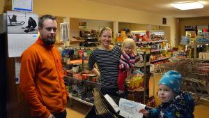 Jonas och Sonja Sundqvist tog över bybutiken i Björkö