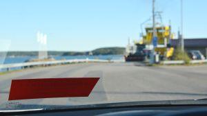 Bil som väntar på att köra ombord på färjan till Pargas