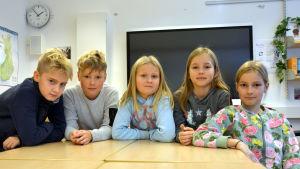 Fem elever vid Sundom skola ser in i kameran.