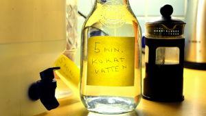 Kanna med rent vatten på ett köksbord.
