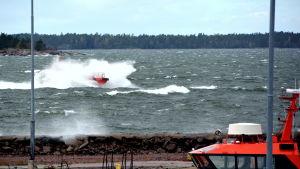 lotsbåt i storm