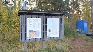 Skylt vid tulluddens naturskyddsområde i Hangö.
