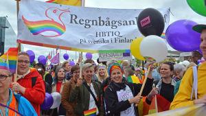 Regnbågsankans flagga på Helsinki Pride.