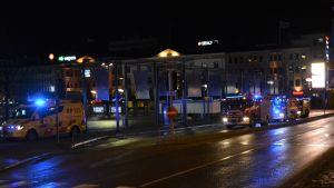 Brandbilar parkerade vid torget i Vasa.