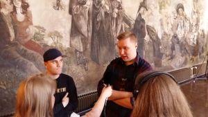 Arrangörerna Sebastian Adolfsson och Riku Tuominen intervjuas inför RÅA på Kåren av Isabel Nordberg och Matilda Saarinen.