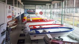 En utställningshall full med motorbåtar.