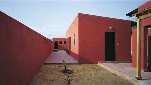 Kvinnocentret i Rufisque, ungefär 30 km från Senegals huvudstad Dakar, har tydliga linjer och mörkröda väggar.