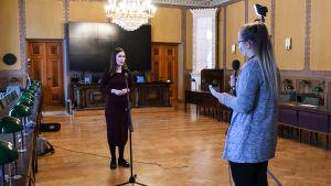 Sanna Marin blir intervjuad.