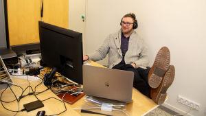 Max Nyberg vid sitt arbetsbord.