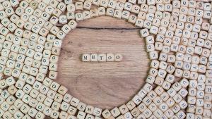 #metoo skrivet med bokstavstärningar.